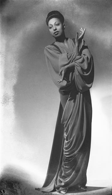"""""""Joséphine Baker"""", Studio Harcourt (créé en 1934). Photo (C) Ministère de la Culture - Médiathèque du Patrimoine, Dist. RMN-Grand Palais / Studio Harcourt - Droits : Etat"""