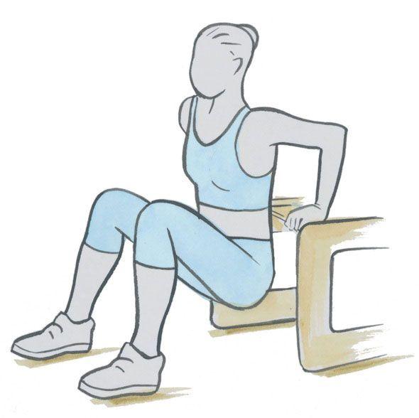 Ga op de punt van een stevige stoel of een traptrede zitten.  Plaats je handen naast je zij met je vingers naar voren en je knieën in een hoek van 90 graden voor je. Hef je jezelf op, vooruit van de stoel of trede af, laat je lichaam zakken tot je armen een rechte hoek vormen, strek je armen uit en hef jezelf weer op. Herhaal.
