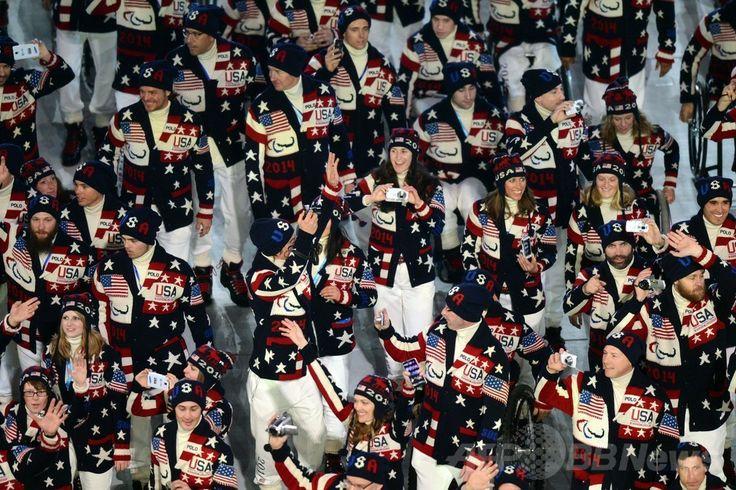 フィシュト五輪スタジアム(Fisht Olympic Stadium)で行われたソチ冬季パラリンピック開会式で入場する米国選手団(2014年3月7日撮影)。(c)AFP/KIRILL KUDRYAVTSEV ▼8Mar2014AFP|クリミア危機の中、プーチン露大統領がパラリンピックを開会 http://www.afpbb.com/articles/-/3009987 #Sochi2014 #Paralympic