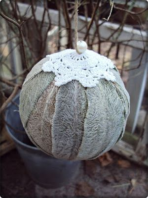 Sofias Bod: Lammöron julkulor, limma på frigolitkulor när bladen är färska