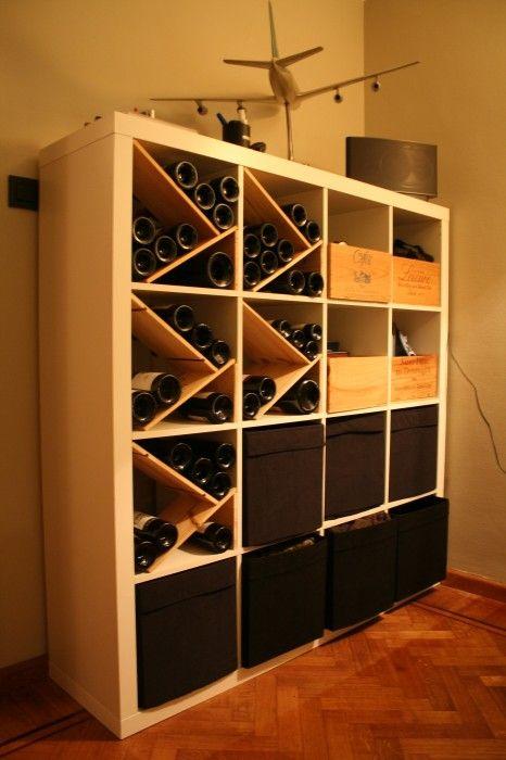 Matériel : – 1 x EXPEDIT, Etagère 4×4 (400.476.75) – 10 x étagère mdf – Caisses de vin – BRANÄS, Paniers, Rotin (001.384.32) Description : J'ai utilisé des étagères pour séparer de façon originale les cases de l'EXPEDIT afin d'y stocker mon vin. C'est très pratique et décoratif ! Vous pouvez y mettre également des caisses de vin et quelques paniers BRANÄS pour le style et le côté pratique !