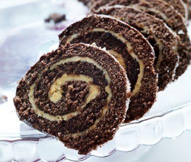 Bjud dina gäster på en härlig, glutenfri chokladrulltårta med len mockakräm till kaffet! Rulla ihop din goda kaka med kaffekräm till en läcker drömtårta och servera den uppskuren i vackra bitar.