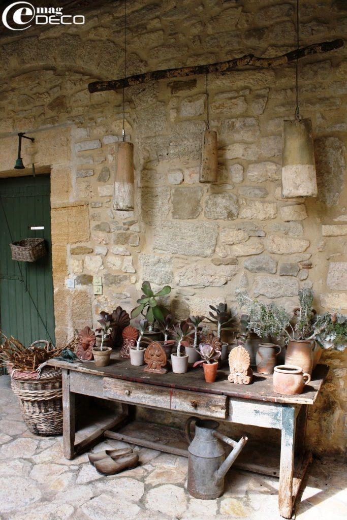 Vieille table de rempotage sous suspensions en tuiles rondes ancienne, La Maison à Blauzac
