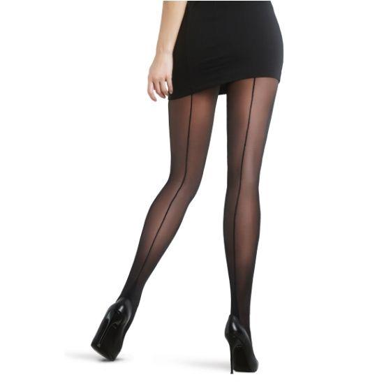 """Černé punčochové kalhoty se zadním švem Nostalji Ideální doplněk k retro i klasickým šatům, zcela jistě jimi ozvláštníte svůj outfit. Punčochové kalhoty se zadním švem působí dokonale žensky a přitahují pozornost, zejména pak v botách s vysokým podpatkem. Mají navíc tzv. """"kubánskou patu"""", kdy se šev nad patou rozšiřuje pod celé chodidlo. V klasické černé barvě, se vsazeným bavlněným klínkem a podílem elastanu pro vaše pohodlí."""