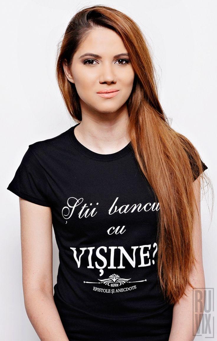 """Tricourile din colecția """"Epistole și Anecdote"""" au un design simplu și curat, fiind o invitație la discuție și bună dispoziție. Ele pun zâmbetul pe față atât celui care le poartă cât și celor din jur. Tu știi bancul cu Vișine?"""
