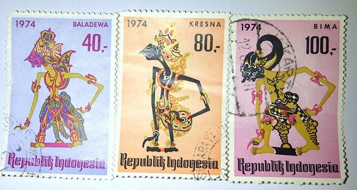 Koleksi: Perangko tokoh wayang era tahun 1974. Suatu bentuk penghargaan terhadap budaya anak negeri. Hmmm...sayang era perangko sudah lewat. (sambil membayangkan uang Rp 40,- bia dipakai beli apa saat ini? hehehehe)