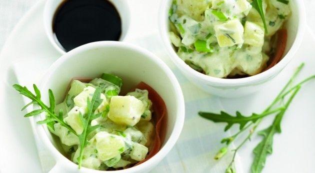 Leg de gewassen, ongeschilde aardappelen in een kom en zet ze half onder water. Dek af met folie en gaar ze 8 minuten in de microgolfoven op maximumvermogen. Schil de …
