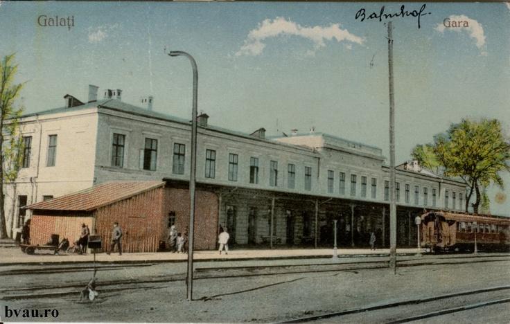 """Gara C.F.R., Galati, Romania, anul [192_?], http://stone.bvau.ro:8282/greenstone/collect/fotograf/index/assoc/J1FI1890.dir/1FI1890.jpg.  Imagine din colecţiile Bibliotecii Judeţene """"V.A. Urechia"""" Galaţi."""