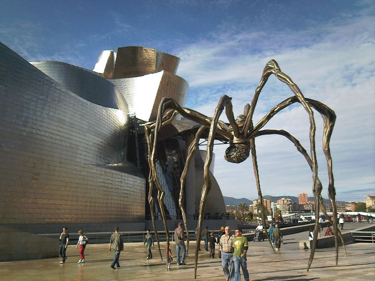 Guggenheim Bilbao, Bilbo, Euskadi (Basque Country), Spain. Designed by Canadian-American architect Frank Gehry. The spider sculpture 'Maman' by Louise Bourgeois outside.