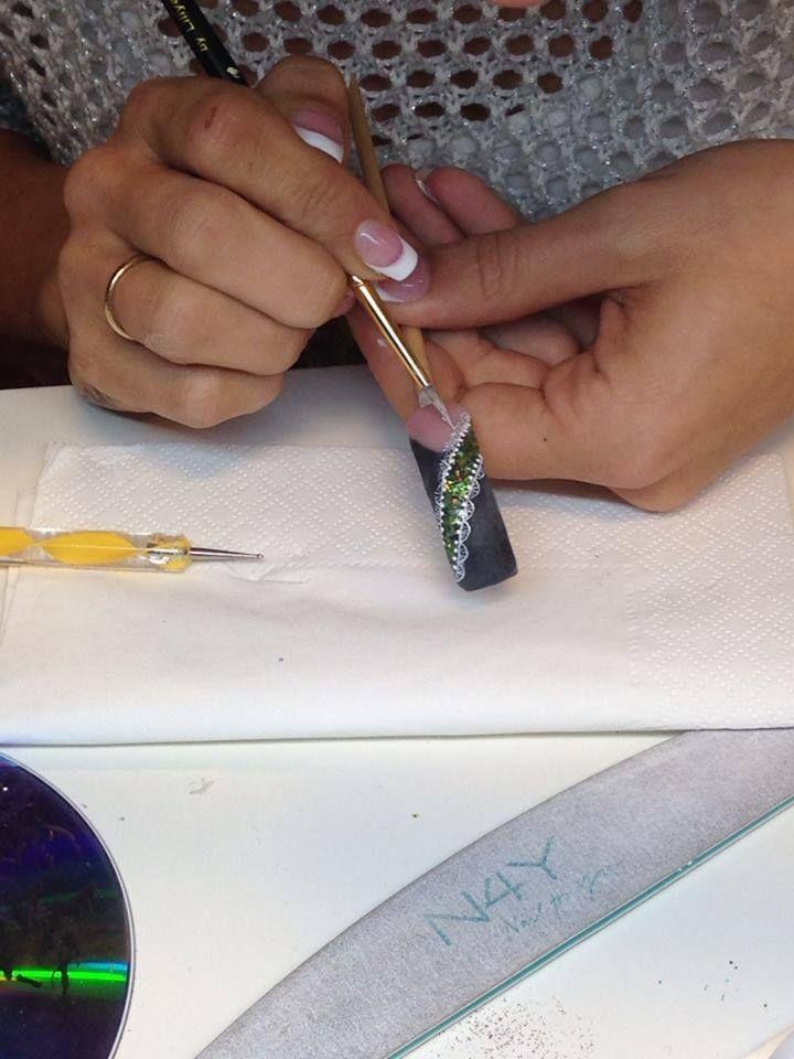 Nail art negle kursus, her Camilla som øver tynde streger mønster i akryl maling på en gele glimmer bund. Camilla er på kursuss for første gang, og hun er rigtig dygtig. Du kan også blive lige så dygtig som Camilla, du skal bare tilmelde dig vores negle kursus i Nail art.