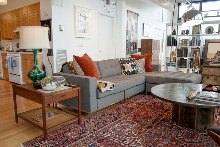tapis persan à motifs et canapé gris dans le salon moderne