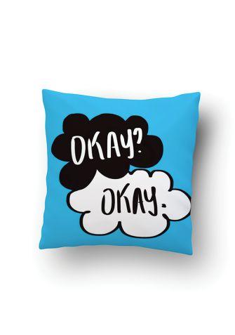 Mięciutka poduszka z kolorowym wzorem! Poszewka została wykonana w 100% z miękkiej tkaniny poliesterowo-bawełnianej, co zapewnia komfort użytkowania. Jest delikatna i przyjemna w dotyku. Filcowy wkładsprawia, że poduszka nie uczula i jest bezpieczna dla alergików. Kolorowych snów! :)