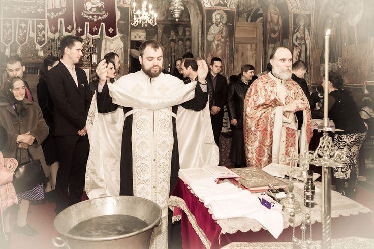 Articol despre Taina Botezului. DA! Photography, fotograf botez Bucuresti, servicii la preturi accesibile. Sedinte foto acasa, biserica si restaurant.