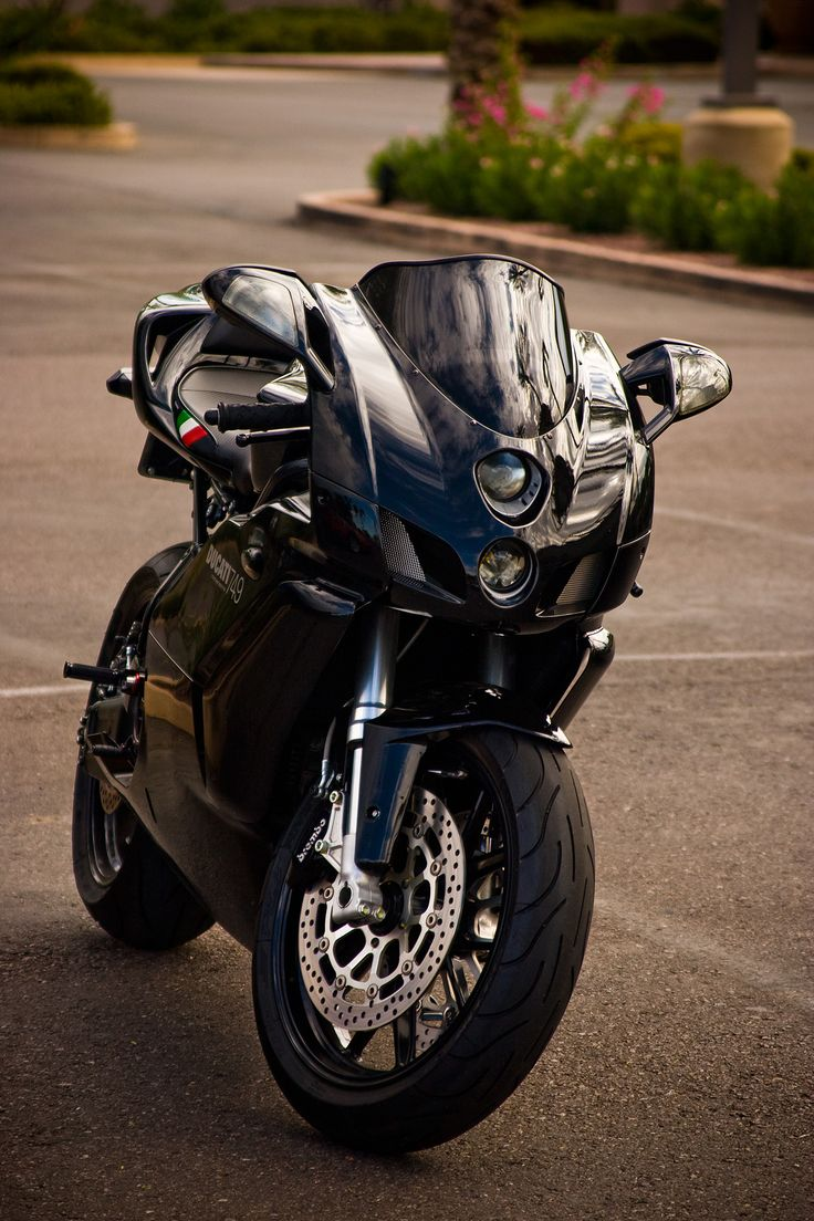 desertmotors:  Ducati 749. I almost bought one of these instead of the supersport. Who knows what might have been :-p