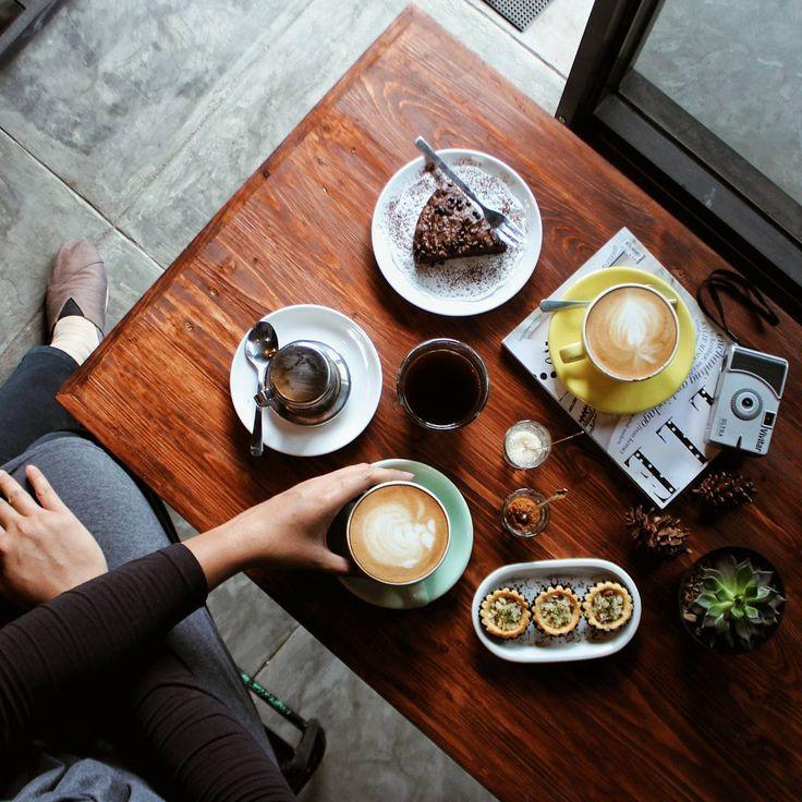 Halo Dolaners yang coffee addict! Sudah coba kedai-kedai kopi di Malang? Ada banyak kedai kopi atau coffee shop di kota ini, hingga rasanya mustahil untuk dicoba satu demi satu. Bahkan, sepertinya semakin lama semakin banyak saja coffee shop yang muncul, sampai tak tahu lagi musti ke kedai mana untuk ngopi dan nongkrong. Dan masih ada satu lagi kedai kopi di Malang yang patut dicoba, Anonymcoffee. Coffee shop ini tak hanya punya kopi. Masih banyak yang bisa diincip-incip di coffee shop ini…