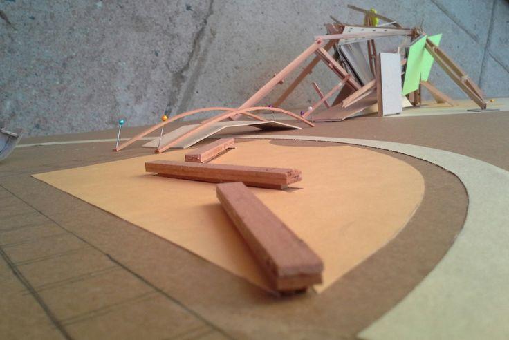 Proyecto Soporte para juegos infantiles (hasta 9 años). Se compone de dos partes. El primer círculo da lugar a actividades motrices de equilibrio, balanceo y estimulación. El segundo círculo da lugar al bicho Palote (pero ha evolucionado y adquirido más cuerpo) que permite ser abordado, resbalado, escalado y trepado. Posee paneles texturados y habilitados como pizarras. Una mascota de jardín.