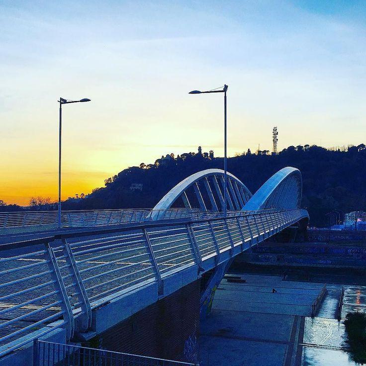 #pontedellamusica al #tramonto  Era l'ora di ieri a quest'ora #latergram . . . #ig_italia #igersitalia #roma #ponte #bridge #tramontoitaliano #igersitaly #ig_italy #ig_europe #ig_lazio #igerslazio #streetphotography #perspective #perspectiveporn #prospettiva #sunset #struttura #architecture #architettura #instaarchitecture #architecturelovers #architectureporn #acciaio #cemento
