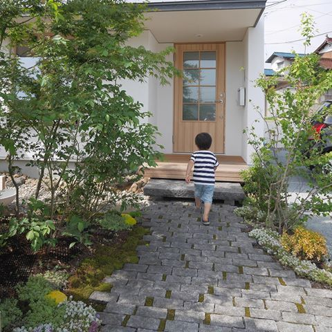 東広島市のI邸、、、築後3ヶ月程ですが庭はしっかり育っています! @aitohus @aitoliv #北欧デザイン #北欧住宅 #注文住宅 #高断熱高気密 #マイホーム計画 #木と漆喰#木製玄関ドア#庭 #広島の注文住宅 #岡山の注文住宅