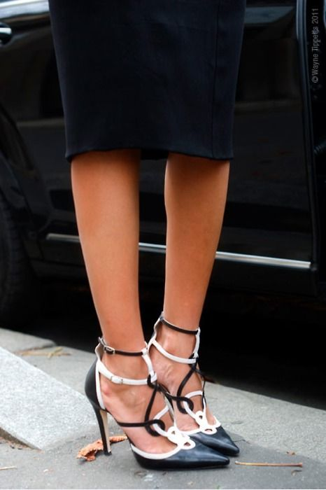 Pinned from @OscarPRGirl: Renta Shoes, Black And White, Income, Giovanna Battle, Black White, Black Heels, White Heels, Oscars, Weights Loss