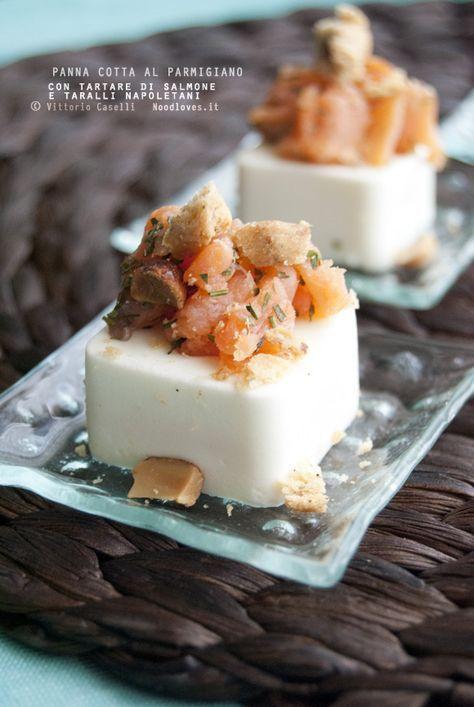 Panna cotta salata al parmigiano e pepe bianco, con tartare di salmone affumicato e crumble di taralli napoletani (o mirtilli)