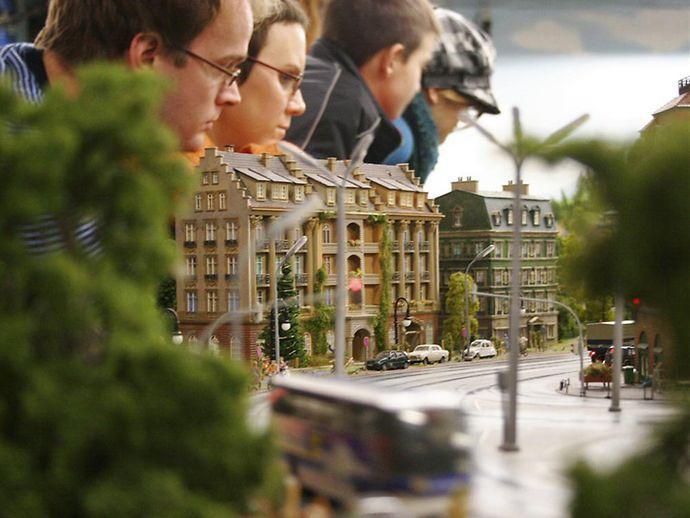 Besucher des Miniatur Wunderlands in Hamburg