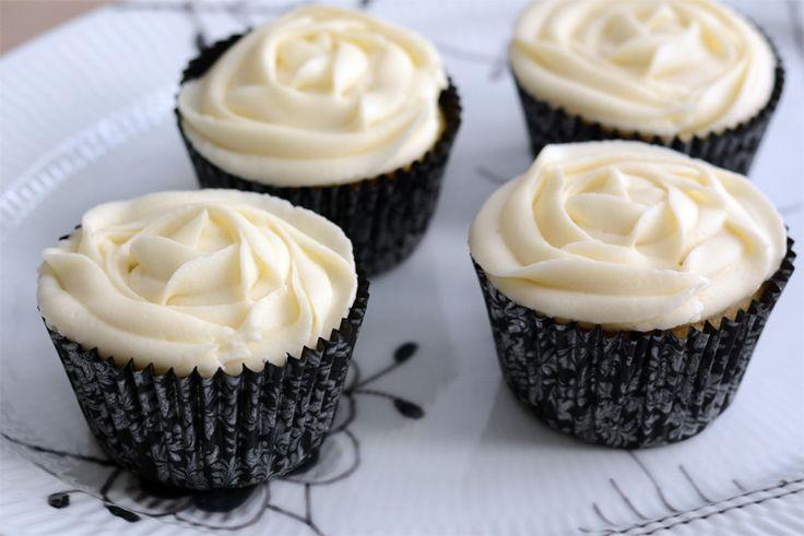 Luftige citron cupcakes med vanille buttercream glasur. God kombination af surt og sødt.