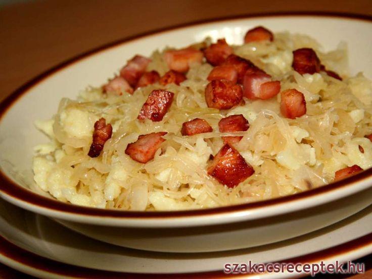 Sztrapacska krumplitésztából savanyú káposztával és pirított szalonnával elkészítve.