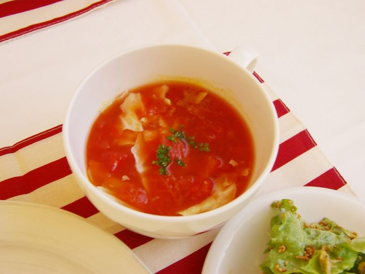 材料を入れたら、電子レンジにかけるだけでできる簡単レンチンスープ。今回はキャベツの甘みと食感を活かしたトマトスープのレシピを紹介します。隠し味に加えた生姜が身体を温める、寒い季節にもぴったりの一品です。