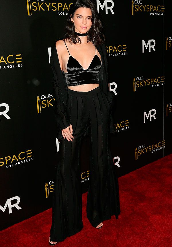 Kendall jenner no red carpet com crop top de veludo