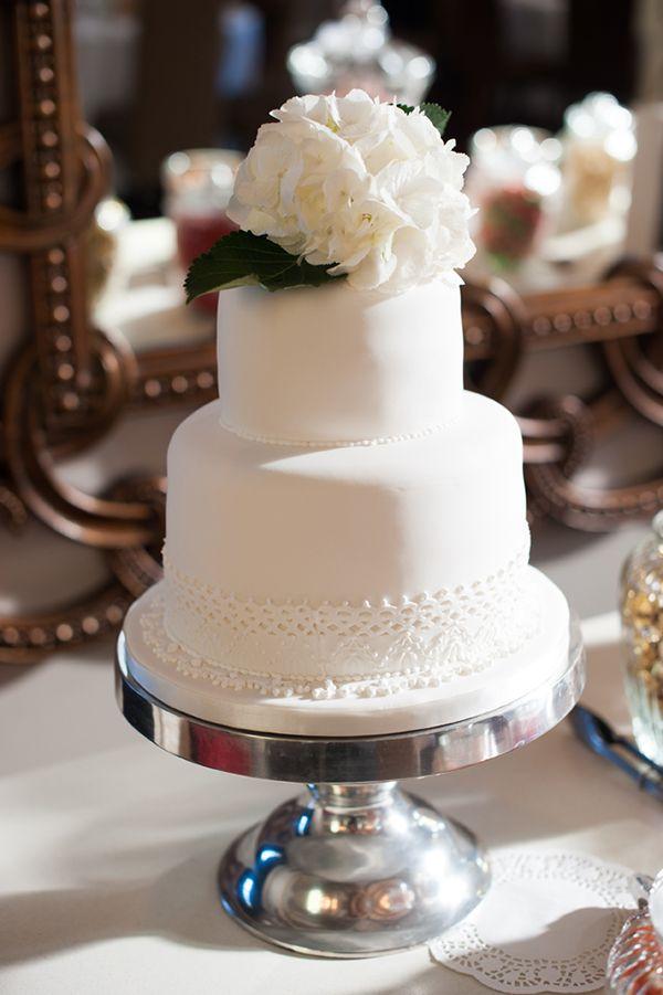 bolo branco de Sherral Ross, veja mais aqui:  http://www.weddingchicks.com/2013/08/30/modern-chic-wedding/