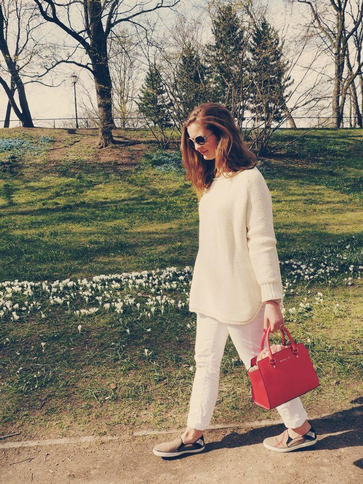 All white #arniesays sweater #michaelkors  bag #lexington jeans #burberry sunglasses & shoes #ELLINORSANDE