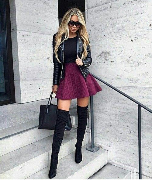 Chica usando una minifalda y botas largas