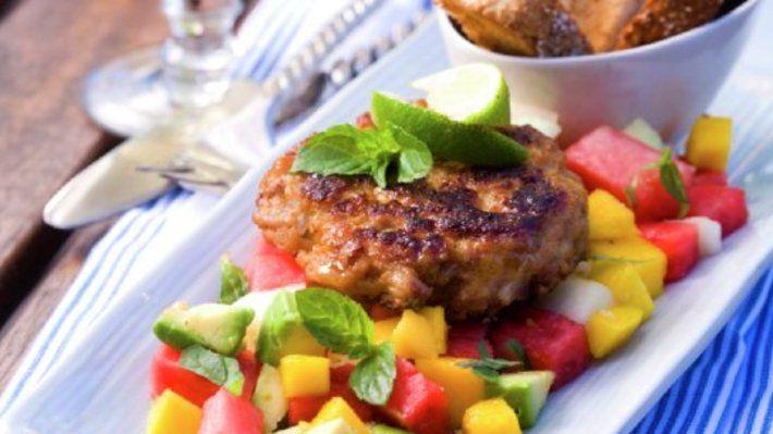 Kyllingburger med tropisk salat - Kos - Oppskrifter - MatPrat