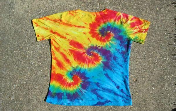 Tingir roupas ao estilo hippie