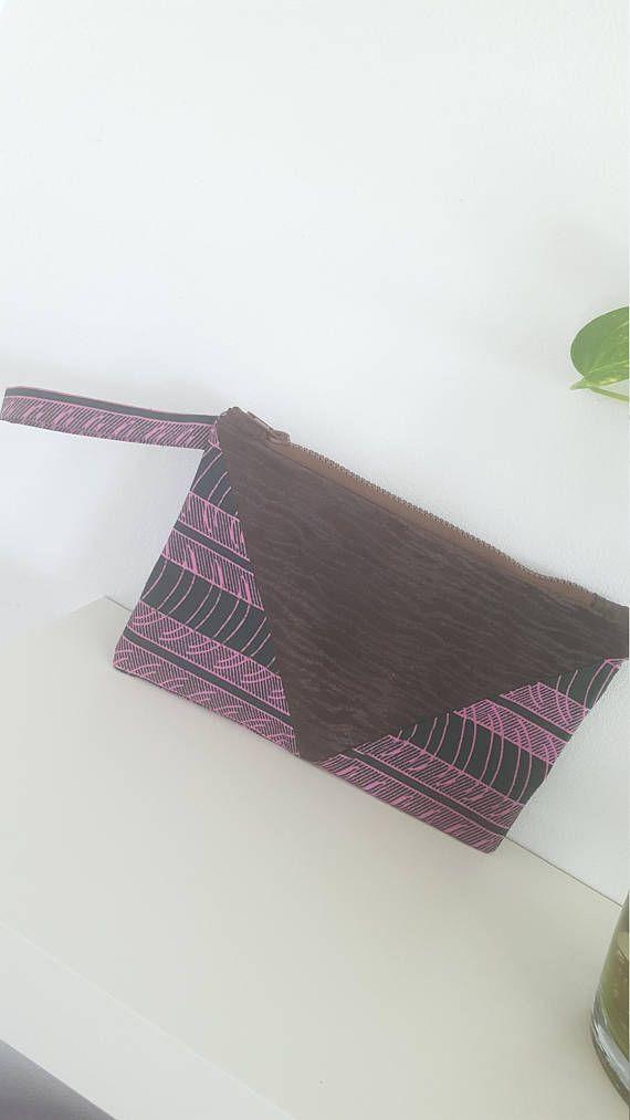 Retrouvez cet article dans ma boutique Etsy https://www.etsy.com/fr/listing/552155413/pochette-cuir-et-wax-avec-dragonne