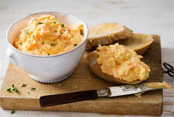 Porkkana-juustotahna. Venäjällä suosittu levite taipuu moneen käyttötarkoitukseen. Sitä voi nauttia sellaisenaan kylmänä leivän päällä, kekseillä sekä uuniperunoiden kanssa.  http://www.valio.fi/reseptit/porkkana-juustotahna/ #resepti #ruoka