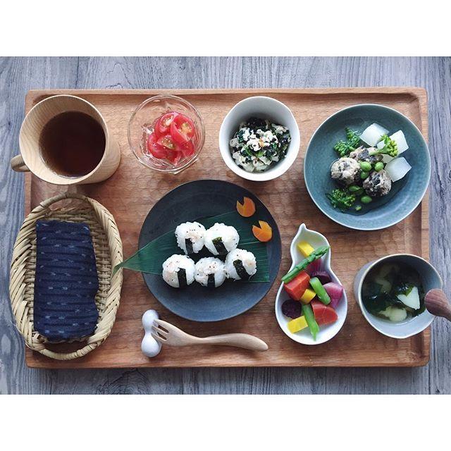 kinacomirukukinacoのお昼ごはん*  先日のごはん記録。間違えて削除しちゃったコメントくれたお友達ごめんなさい ・鰯と海苔のつくねと大根の炊き合わせ、菜の花とえんどう豆餡 ・桜エビとシラスおにぎり ・蒸し野菜(愛知産アスパラ、大根、人参) ・小松菜とひじきの白あえ ・愛知産若芽と新ジャガお味噌汁 ・ミニトマトサラダに亜麻仁油 ・ ・ 初めて食材、桜エビ。とくに嫌がりもしなければ気に入った様子もなかった 鰯と海苔のつくねは鰯のお刺身と長ネギみじん切りと卵と片栗粉に、小さく切った海苔を入れてコネコネ、沸騰させたお湯にスプーンですくっておとしたもの。柔らかく美味しかったから娘は手づかみでわしづかみしてパクパク  鰯嫌いな旦那さんには不評だったけど娘がたくさん食べるからいーの ・ ・ 春を告げる柔らかい生ワカメと新ジャガのシンプルなお味噌汁はシンプルだけど大好きな味。 ・ ・…