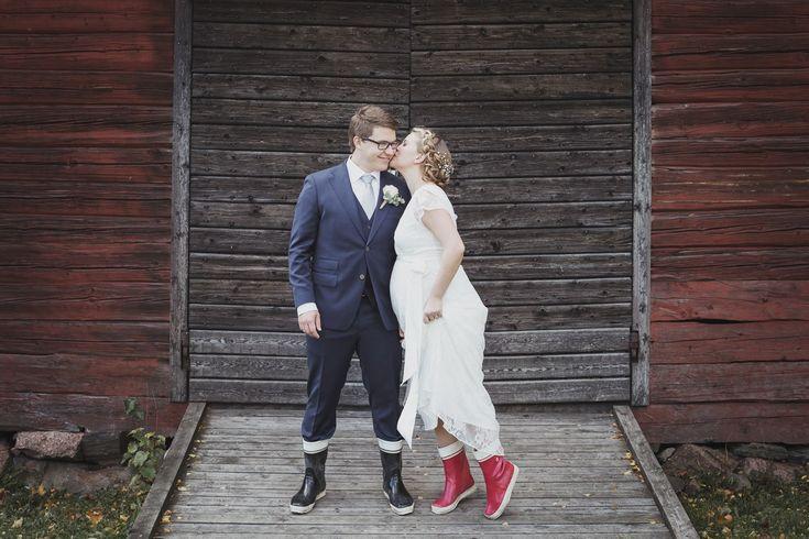 Hääpotretti Herttoniemen kartanonpuisto, Hai-saappaat / Wedding portrait with Nokia Hai boots