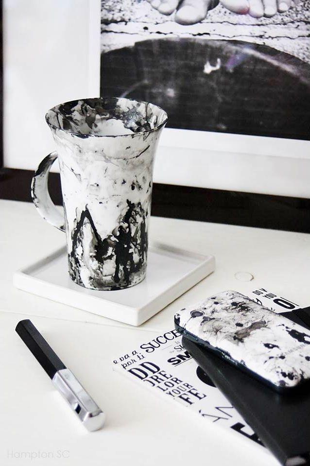 Efecto mármol con esmalte de uñas en una carcasa de smartphone y una taza