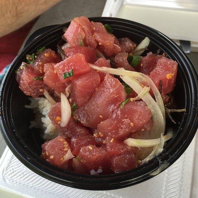 POKE BOWL(ポキボウル)ご存知ですか?ポキはハワイ語で「みじん切り」「スライス」を意味し、マグロや鮭などの切り身に醤油・油・野菜など混ぜて調理したもので、それをごはんにのせて食べる、いわばハワイ版「海鮮丼」なんです^^
