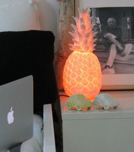 Lampe Ananas créée par la créatrice Eva Newton. Elle pourra être installée dans tous les décors, minimaliste ou rétro, à la maison ou dans un café.