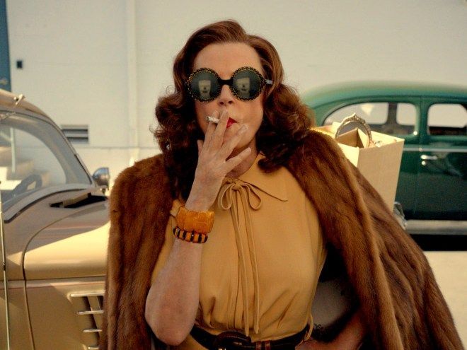 Feud: Susan Sarandon on the challenge of acting with a cigarette in her mouth #FeudFX #BetteDavis #JoanCrawford