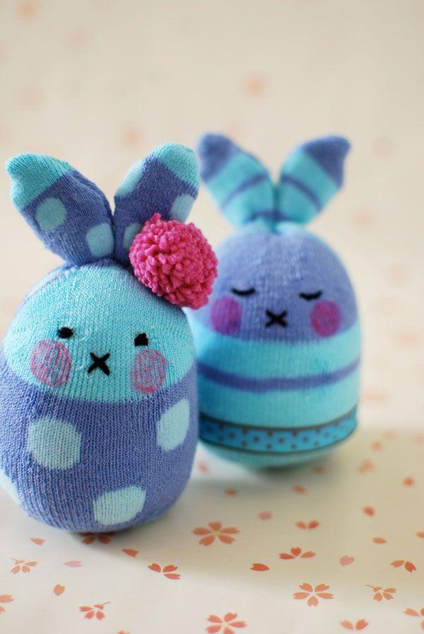 lapin chaussettes..........................superbes ces petits lapins avec des chaussettes de bb........et a accessoiriser à l'infini..........