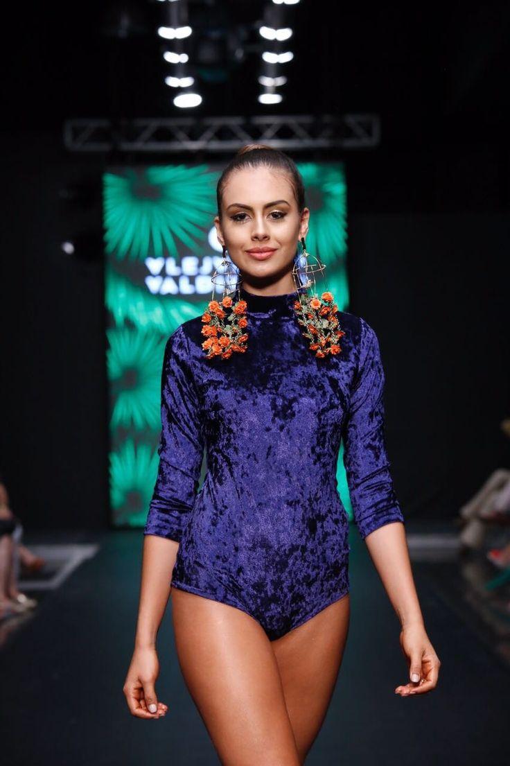 Alejandra Valdivieso pasarela Hecho en Bucaramanga - jewelry designer runway - maxi earrings