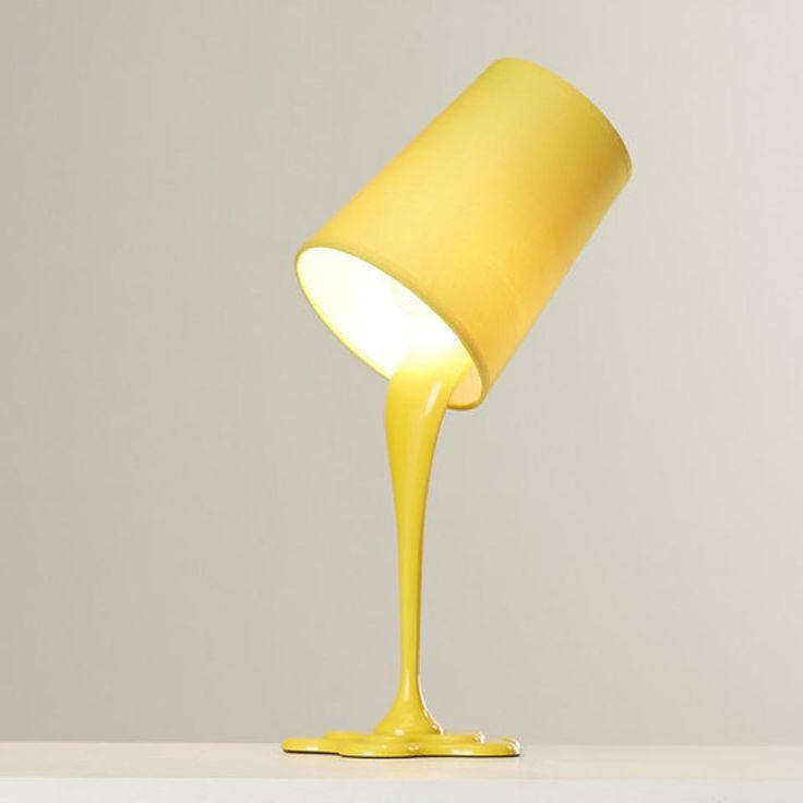 En lampe og en spand maling