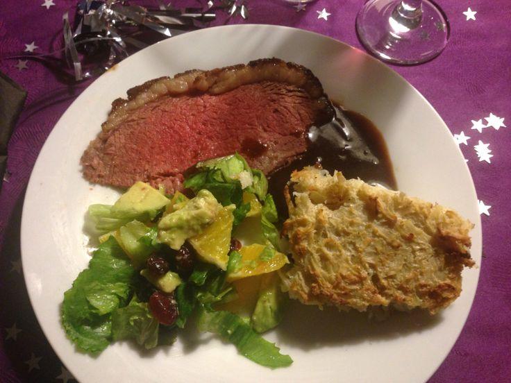 Min hovedret nytårsaften. Rødvinsmarineret cuvettesteg med revetkartoffel blandet op med creme fraiche og hvidløg og en salat med babysalat, appelsin, avokado og tranebær. Dertil hjemmelavet rødvinssauce