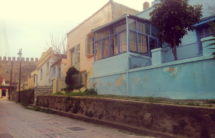An array of well preserved 1922 refugee houses, just outside the city wall, on the side of the Sykies quarter.  (Walking Thessaloniki / Route 10, Ano Poli b)