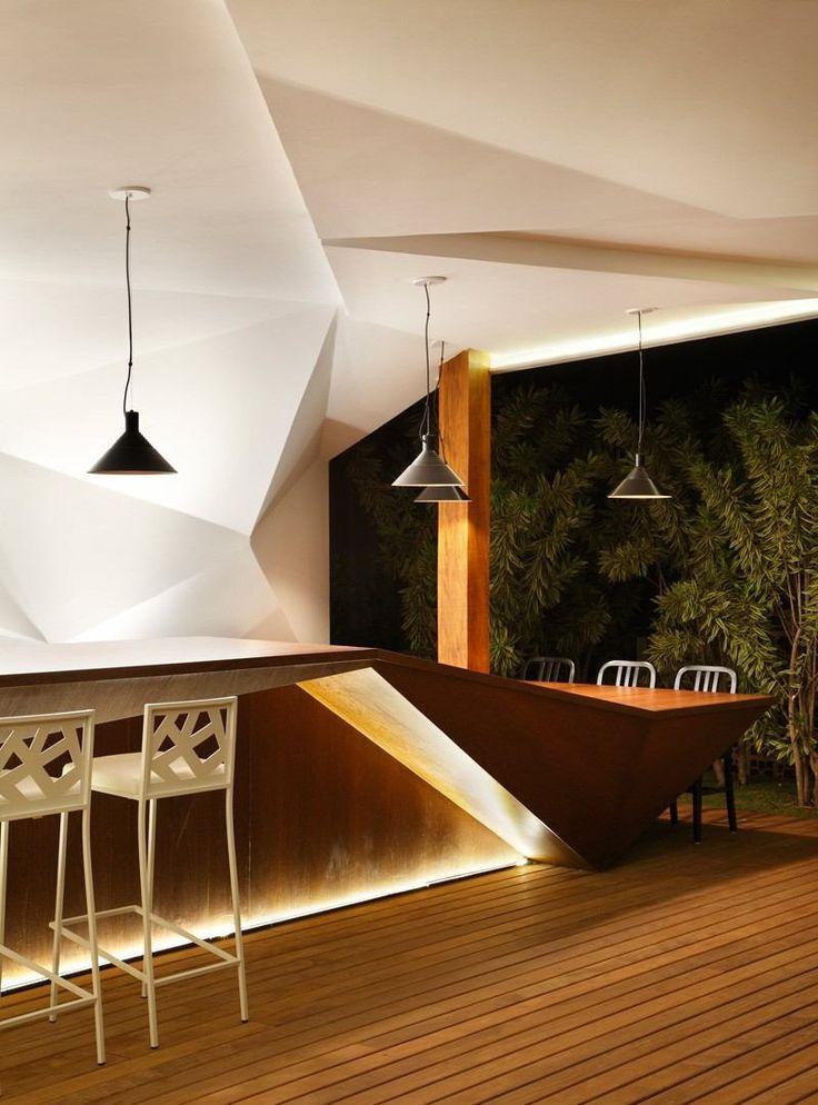 meuble bar design en bois avec un éclairage LED indirect encastré et suspensions noires en métal