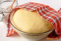 Сладкое тесто для пирогов Сдобное дрожжевое опарное тесто готовят в два приёма. Сначала надо приготовить опару, а потом на её основе замешивают и само тесто. Такой способ применяют в том случае, когда в состав теста входит много сдобы: яиц, масла, сметаны, сахара. Из такого теста выходят отличные сладкие пироги — тесто настолько вкусное, что иногда к нему не требуется даже начинка. Из такого теста также выпекают куличи!