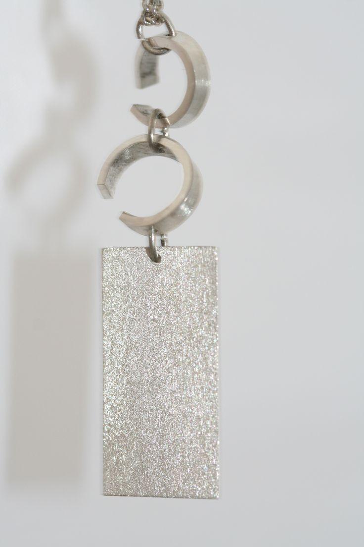 Begin met een vierkant plaatje zilver en maak er zelf een sieraad van naar eigen smaak, zoals deze langewerpige hanger #atelier_DOS